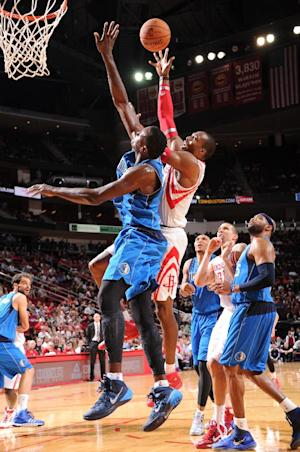Howard leads Rockets over Mavericks 100-95