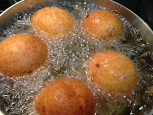 Frying the buñuelos