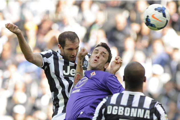 Juventus' Giorgio Chiellini fights for the ball with Fiorentina's Gonzalo Rodriguez during their Italian Serie A soccer match in Turin