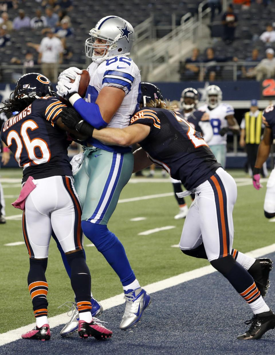 Dallas Cowboys tight end Jason Witten (82) makes a touchdown reception between Chicago Bears cornerback Tim Jennings (26) and strong safety Craig Steltz (20) during the second half of an NFL football game, Monday, Oct. 1, 2012 in Arlington, Texas. (AP Photo/Sharon Ellman)