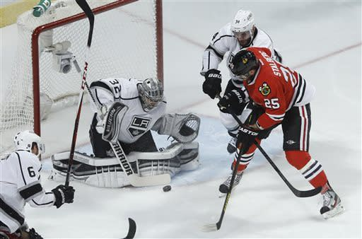 Blackhawks beat Kings 2-1 in Game 1