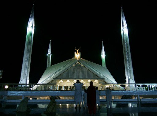 Masjid Faisal di Islamabad adalah masjid yang paling besar di Pakistan. Vedat Dalokay, arkitek Turki yang mengilhamkannya, menggunakan khemah Beduin sebagai inspirasi seni bina Masjid Faisal.