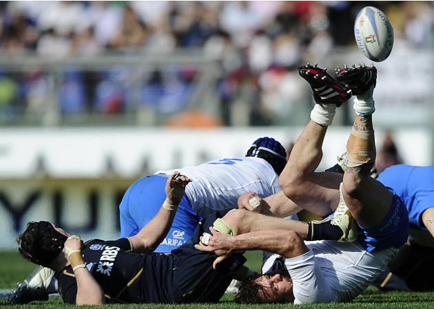 Italy's Martin Castrogiovanni (R) vies with Scotland's  Ross Rennie during their Rugby Union Six Nations match at the Rome's Olympic stadium on March 17, 2012. Italy defeated Scotland 13-6.  AFP PHOTO