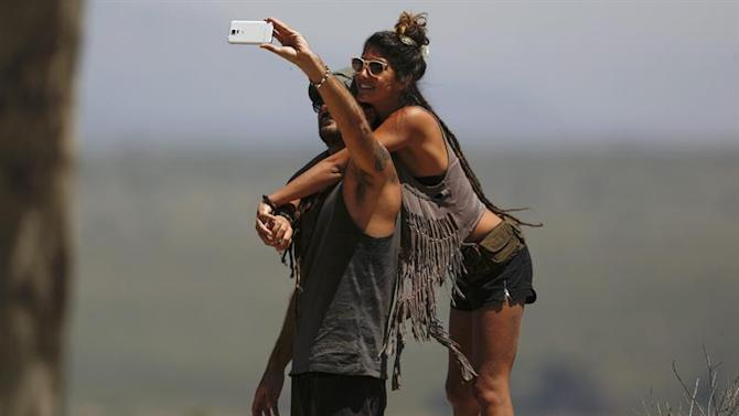 ATS03. Quneitra (Israel), 03/05/2015.- Israeli tourists take a selfie near the Israel-Syrian border in Quneitra, 03 May 2015. Fighting continues between rebels and militants groups who have declared their allegiance to Islamic State (IS) in the Syrian village of Al Qahtaniah, near Quneitra crossing between Israel and Syria. (Siria) EFE/EPA/ATEF SAFADI
