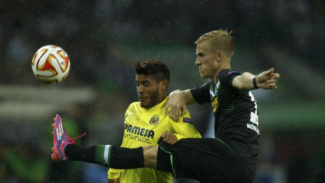 Borussia Moenchengladbach's Wendt challenges Villareal's Dos Santos during Europa League soccer match in Muenchengladbach