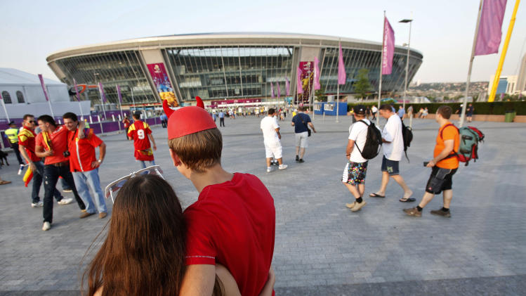 Spanish soccer fans wait for the start of the Euro 2012 soccer championship quarterfinal match between Spain and France in Donetsk, Ukraine, Saturday, June 23, 2012. (AP Photo/Darko Vojinovic)