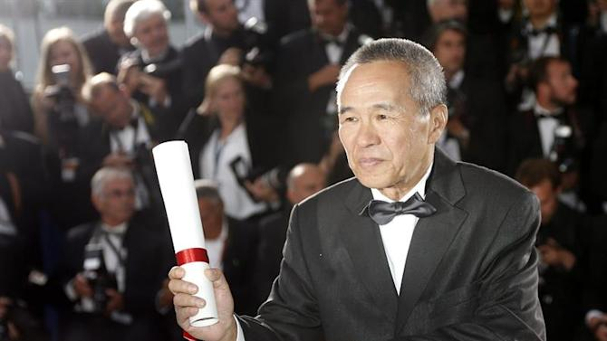 . Cannes (France), 24/05/2015.- Taiwanese director Hou Hsiao-Hsien (R) poses with his Best Director award for 'Nie Yinniang' (The Assassin) during the Award Winners photocall at the 68th annual Cannes Film Festival in Cannes, France, 24 May 2015. (Cine, Francia) EFE/EPA/GUILLAUME HORCAJUELO