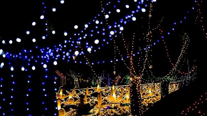 LHR01. Lahore (Pakistan), 29/03/2015.- A view of illuminated decorative items on the Canal as part of celebrations to mark Spring season in Lahore, Pakistan, 29 March 2015. EFE/EPA/OMER SALEEM
