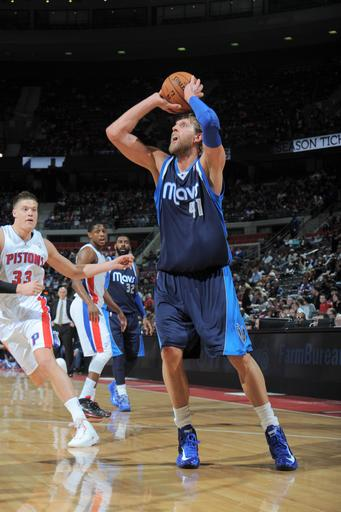Mavericks blow lead but beat Pistons 102-99