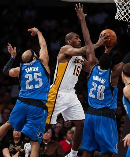 Kobe-less Lakers hold off Mavs in overtime 112-108