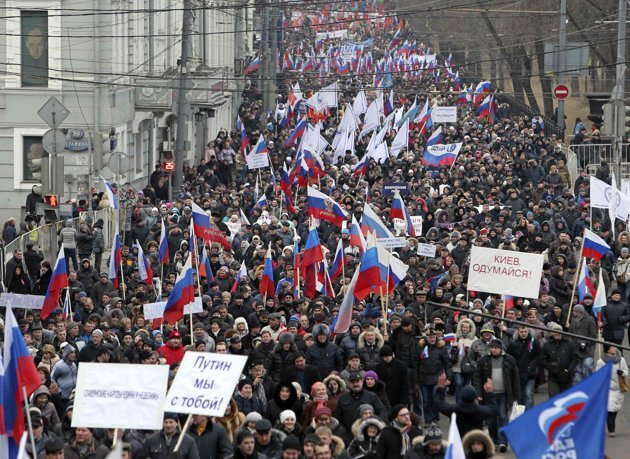 People march during a procession in central Moscow, March 2, 2014. People gathered on Sunday to support the people of Crimea and Ukraine, including Russian speakers, and to protest against the policies conducted by Ukraine's new authorities recently elected in Kiev, according to organisers. (Reuters photo)