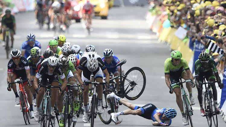 USA's Andrew Talansky (3-R) falls near the finish line as Italy's Matteo Trentin (2-R) sprints to win the seventh stage of the Tour de France on July 11, 2014 between Epernay and Nancy