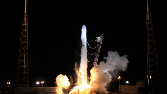 Liftoff! SpaceX Dragon Launches 1st Private Space Station Cargo Mission