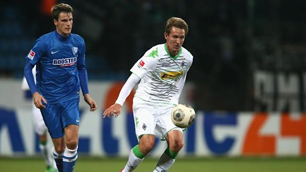 Jonas Acquistapace of Bochum challenges Luuk de Jong of Moenchengladbach during the friendly match between VfL Bochum and Borussia Moenchengladbach at Rewirpower Stadium on January 18, 2014 (Getty)