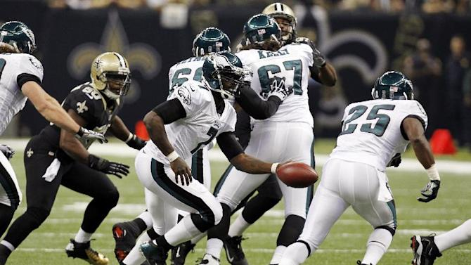 Philadelphia Eagles quarterback Michael Vick (7) hands off to running back LeSean McCoy (25) during the first half an NFL football game against the New Orleans Saints at Mercedes-Benz Superdome in New Orleans, Monday, Nov. 5, 2012. (AP Photo/Gerald Herbert)