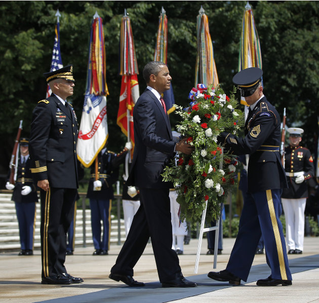 President Barack Obama, center, with Maj. Gen. Michael S. Linnington, left, Commander of the U.S. Army Military District of Washington, during a wreath-laying ceremony at the Tomb of the Unknowns at A