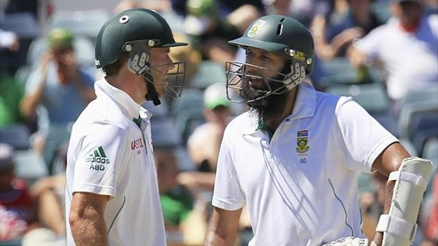 South Africa's AB de Villiers (L) and Hashim Amla hold a conversation between overs at the WACA during the third day's play of the third cricket test match in Perth against Australia