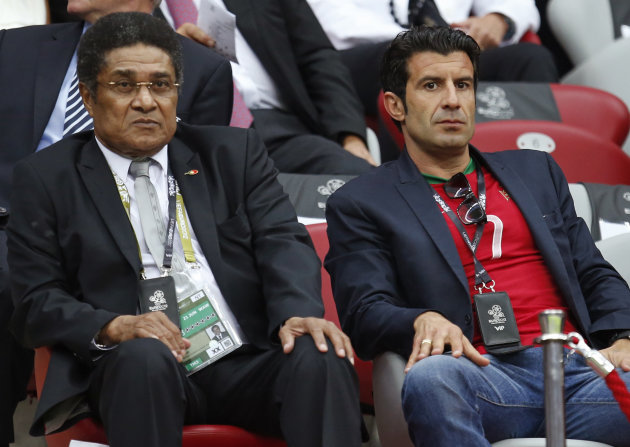 Los ex seleccionados portugueses Eusebio, izquierda, y Luis Figo observan la cancha desde las gradas antes del partido entre Portugal y la Repblica Checa en por la Eurocopa, en Varsovia, Polonia, el 