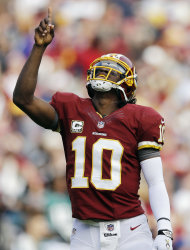 El quarterback de los Redskins de Washington Robert Griffin III celebra un pase de touchdown ante los Eagles de Filadelfia el domingo 18 de noviembre de 2012. (AP Foto/Patrick Semansky)