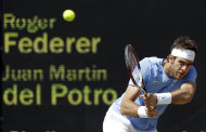 El argentino Juan Martn del Potro saca contra el suizo Roger Federer en el tenis olmpico el viernes, 3 de agosto de 2012, en Wimbledon. (AP Photo/Elise Amendola)