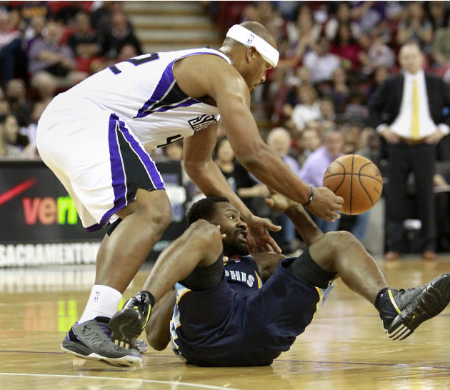Sacramento Kings forward Chuck Hayes, left, and Memphis Grizzlies guard Tony Allen scramble for the ball during the fourth quarter of an NBA basketball game in Sacramento, Calif., Sunday, Nov. 17, 201
