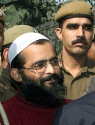 Indian policemen escort Mohammad Afzal (L) to an anti-terrorism court in New Delhi in this December 18, 2002 file photograph. India has executed a Kashmiri militant who was sentenced to death 10 years ago for an attack on the Indian parliament in 2001, a senior interior ministry official said on February 8, 2013. The country's president rejected a mercy petition from Mohammad Afzal Guru and he was hung at dawn, TV channels said. REUTERS/B Mathur/Files