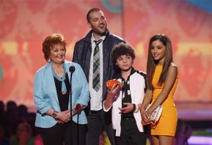 """Actors from the TV program """"Sam & Cat"""" accept the favorite TV show award at the 27th Annual Kids' Choice Awards in Los Angele"""