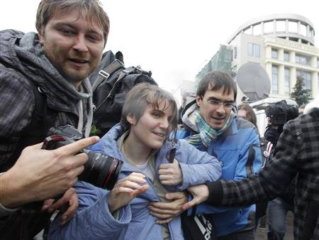 "Yekaterina Samutsevich (C), a member of the female punk band ""Pussy Riot"", walks after she was freed from the courtroom in Moscow October 10, 2012. REUTERS/Maxim Shemetov"