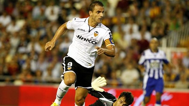 Valencia's Roberto Soldado (front) prepares to score past Deportivo Coruna's goalkeeper Daniel Aranzubia during their Spanish first division soccer match at the Mestalla Stadium in Valencia, August 26, 2012 (Reuters)