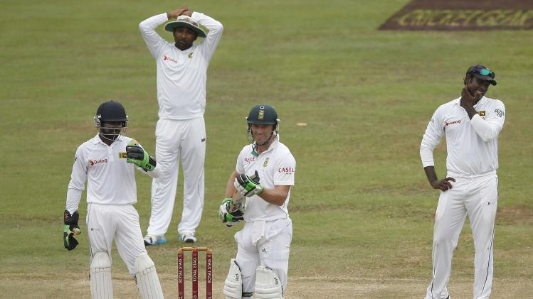 Sri Lanka's captain Mathews and teammates Jayawardene and Dickwella react after umpire Kettleborough signals not out for South Africa's de Villiers during their second test cricket match in Colombo