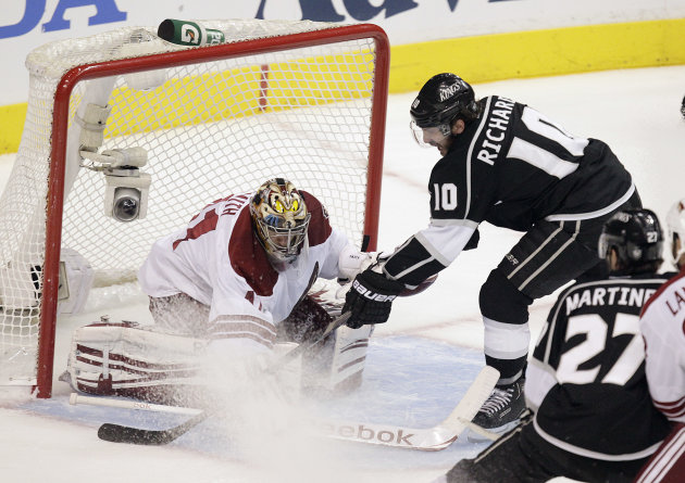 Los Angeles Kings center Mike Richards, right, tries to score against Phoenix Coyotes goalie Mike Smith during the first period of Game 4 of the NHL hockey Stanley Cup Western Conference finals in Los Angeles, Sunday, May 20, 2012. (AP Photo/Jae C. Hong)