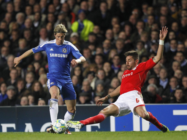 Chelsea&#39;s Ferando Torres (L) vies with Benfica&#39;s Javi Garcia during their UEFA Champions League quarter finals football match at Stamford Bridge, West London in England on April 4, 2012. AFP PHOTO/ IAN KINGTON (Photo credit should read IAN KINGTON/AFP/Getty Images)