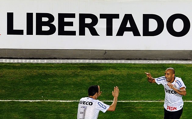 Emerson Sheik (d) comemora gol do Corinthians na final da Copa Libertadores 2012 contra o Boca Juniors (Foto: GazetaPress)