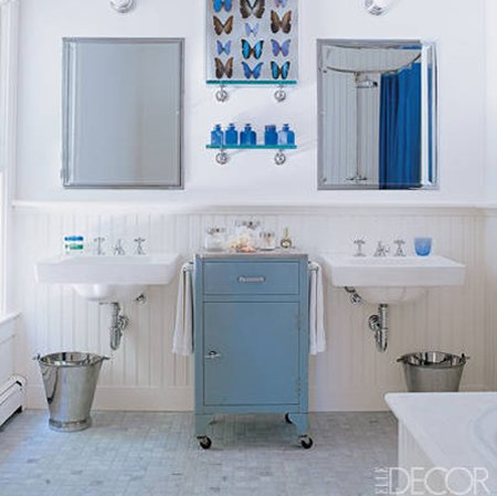 "Beadboard wainscoting accents this easy-breezy master bath. Tour the rest of <a href=""http://bit.ly/XoZ3Dq"" target=""_blank"">Sarah Jessica Parker and Matthew Broderick's Hamptons retreat</a> on ElleDecor.com."