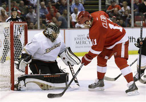 Red Wings beat Ducks 3-2 in Game 4, tie series