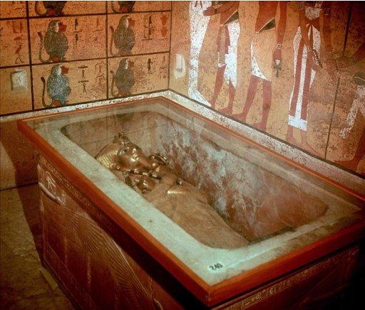 """Imagen del sarcófago del faraón Tutankamón, una pieza en oro macizo de más de 100 kilos de peso, que contenía la momia del llamado """"rey niño"""" y que se puede ver en el Museo de Antigüedades de Egipto, en El Cairo. EFE/Andy RainVista de la máscara de oro de Tutankamón expuesta en el Museo Egipcio en El Cairo y que se ha convertido en el elemento más característico del tesoro hallado por Howard Carter en 1922 en la tumba del faraón, en el Valle de los Reyes, en Luxor (antigua Tebas). EFE/Khaled ElFiqiSarcófago del faraón Tutankamon en el interior de su tumba, en el Valle de los Reyes, descubierto en noviembre de 1922 por el arqueólogo británico Howard Carter. EFE/yv"""