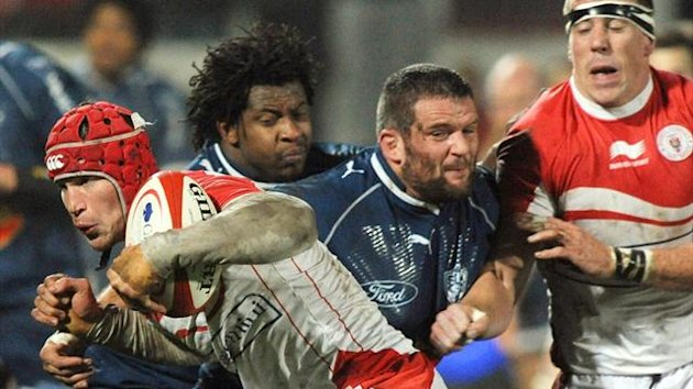 Biarritz's flanker Wenceslas Lauret (L) vies with Agen's prop Jonathan Garcia (C) in a Top 14 clash (AFP)