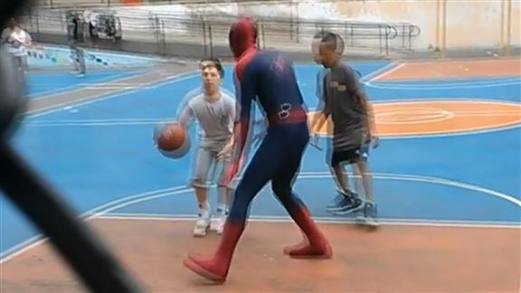 Andrew Garfield: Basketball in voller Spiderman-Montur