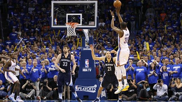 Oklahoma City Thunder forward Kevin Durant (R) shoots and scores to give the Thunder the lead in the final seconds of the game against Memphis Grizzlies forward Tayshawn Prince (21) (Reuters)