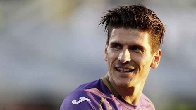 Fiorentina's Mario Gomez reacts during a Serie A soccer match between Fiorentina and Empoli at the Artemio Franchi stadium in Florence, Italy,  Sunday, Dec. 21, 2014. (AP Photo/Fabrizio Giovannozzi)