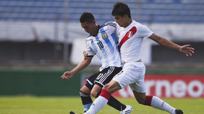 CORRECTS NAME OF PERU'S PLAYER - Argentina's Tomas Martinez, left, fights for the ball with Peru's Luiz da Silva during the South America Under-20 soccer match in Montevideo, Uruguay, Monday, Jan. 26, 2015. (AP Photo/Matilde Campodonico)
