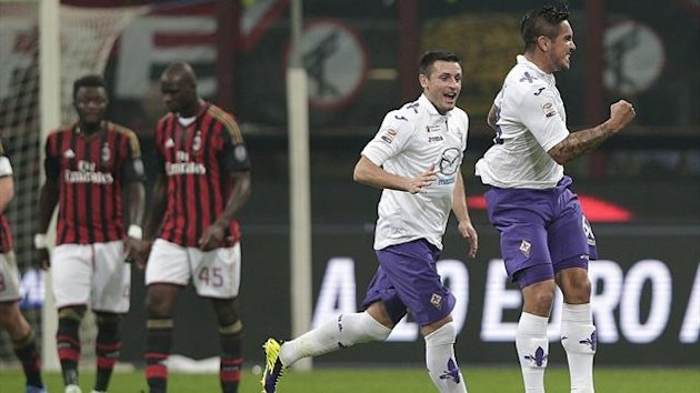 Fiorentina's Juan Manuel Vargas (R) celebrates after scoring against AC Milan during their Italian Serie A soccer match at the San Siro stadium in Milan November 2, 2013. REUTERS