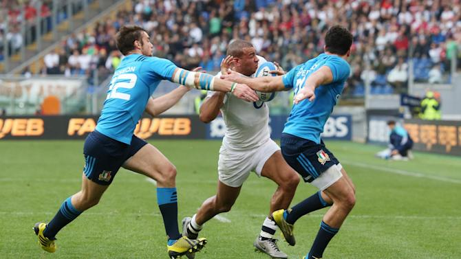 England's Jonathan Joseph in action with Italy's Leonardo Sarto (R) and Edoardo Padovani
