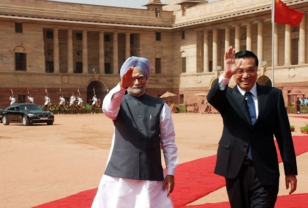 China's Prime Minister, Li Keqiang (R) and Indian Prime Minister Manmohan Singh in New Delhi on May 20, 2013