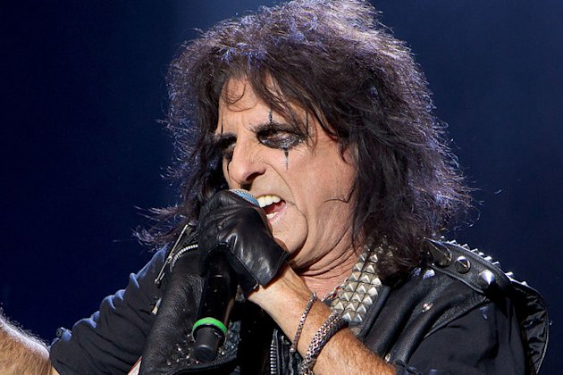 Alice Cooper offers Depp tour job