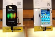 <p>A Samsung Galaxy Nexus phones (L) is seen on display at a Sprint store, on April 27, in San Francisco, California. A judge on Friday granted Apple's request for an injunction blocking US sales of Samsung Galaxy Nexus, made in collaboration with Google to challenge the iPhone.</p>