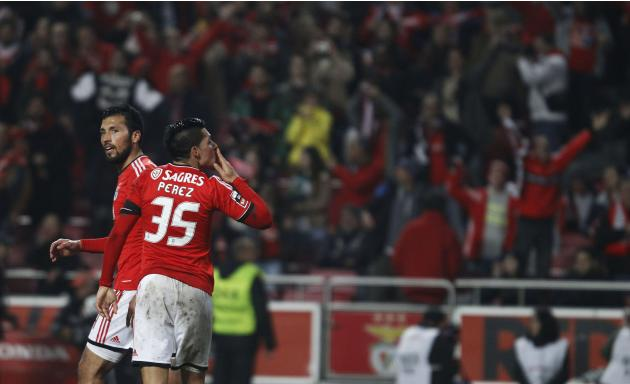 Benfica's Enzo Perez celebrate shis goal against Sporting with Ezequiel Garay during their Portuguese Premier League soccer match at Luz stadium in Lisbon