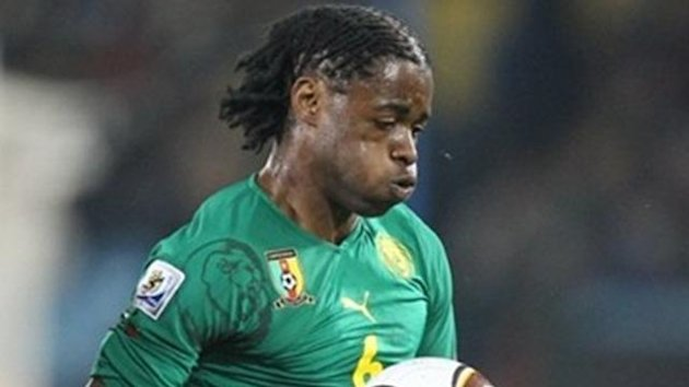 Cameroon&#39;s midfielder Alexandre Song stops the ball during the Group E first round 2010 World Cup football matchagainst Danemark on June 19, 2010 at Loftus Verfeld stadium in Tshwane/Pretoria