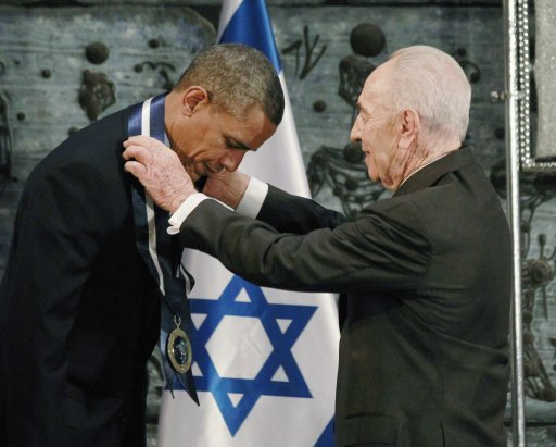 Israel's President Shimon Peres presents the Presidential Medal of Distinction, Israel's highest civilian honor, to U.S. President Barack Obama during the official state dinner in Jerusalem