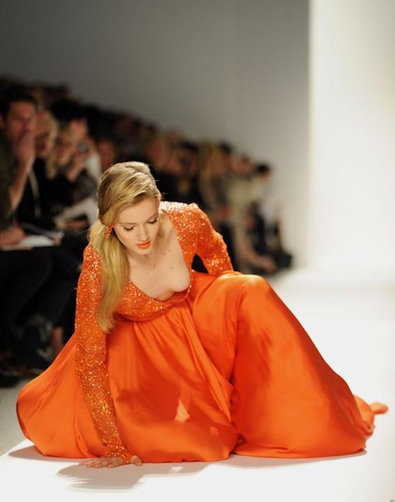 Seorang model terjatuh di show Dennis Basso di New York Fashion Week 2012. (AP/Getty)